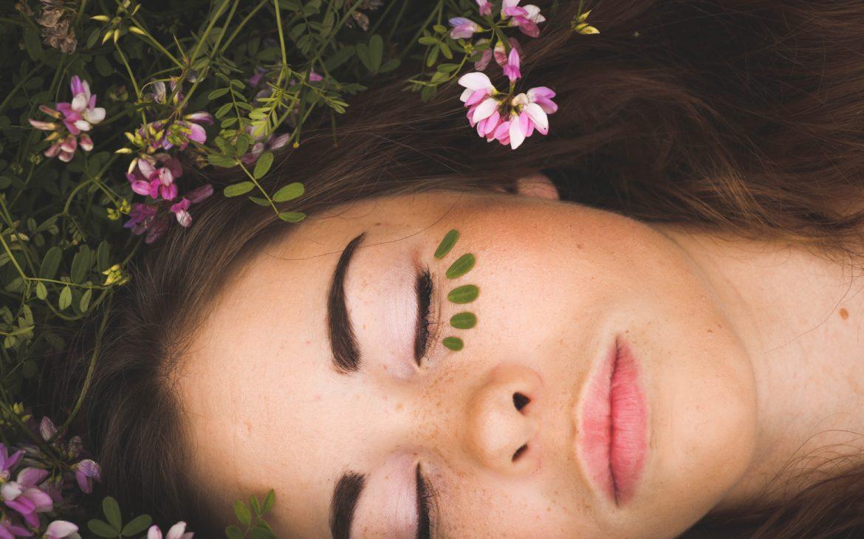 Tout savoir sur la cosmétique bio et ses labels : de la transparence sur l'engagement envers le consommateur, et l'environnement.